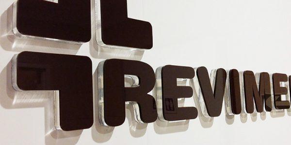 logo z plexi na ścianę