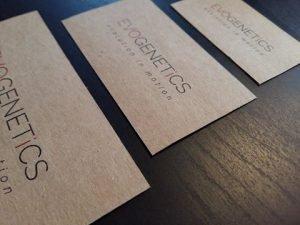 metki etykiety na szarym papierze