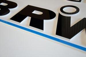 litery z błyszczącej plexi
