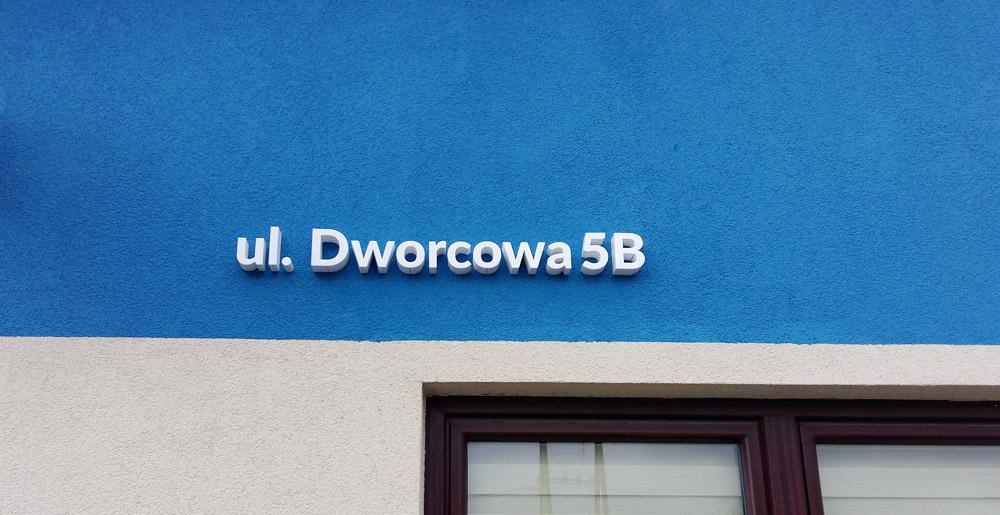 napis przestrzenny z nazwą ulicy