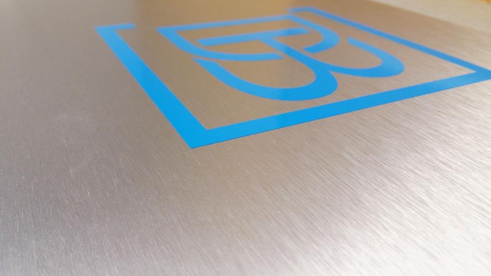 logo na dibondzie szczotkowanym