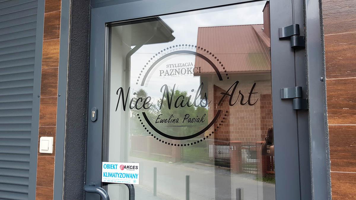 logo na drzwiach