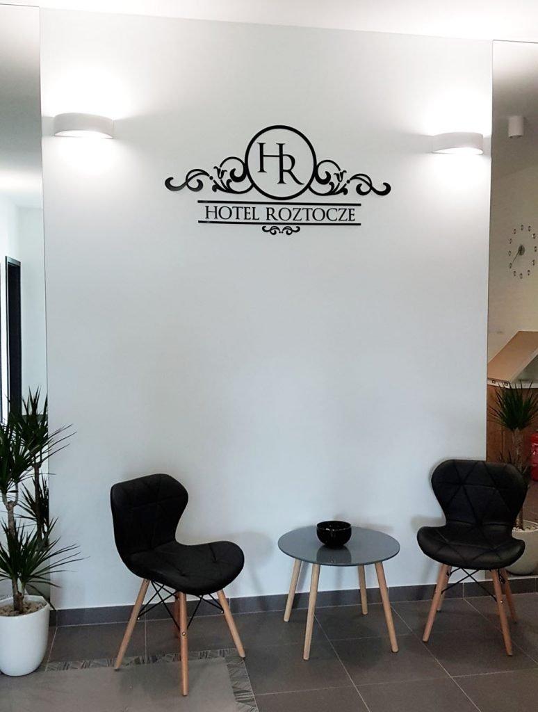 logo przestrzenne w recepcji