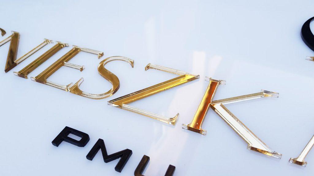 litery ze złotego lustra