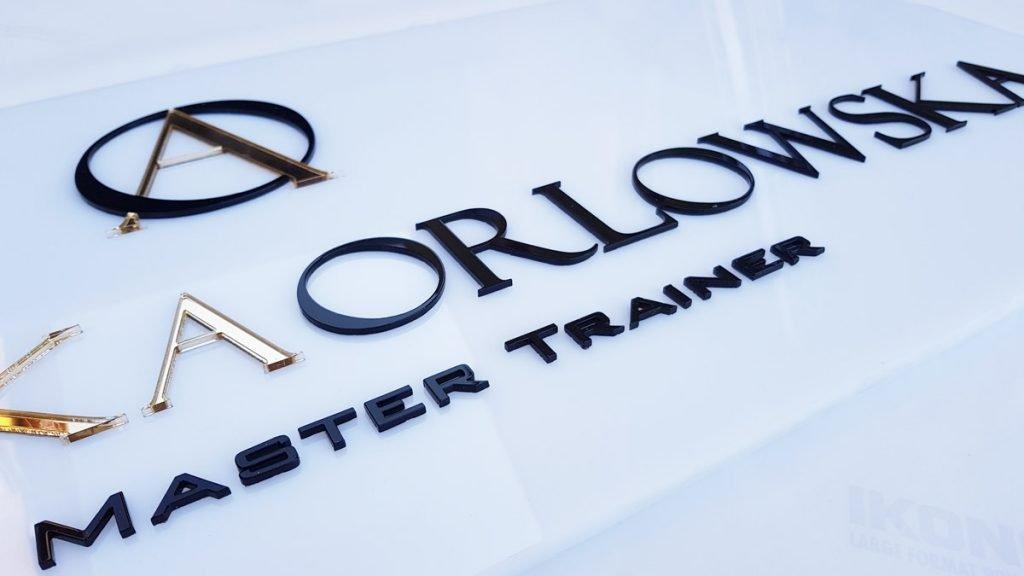 logo firmowe na scianę