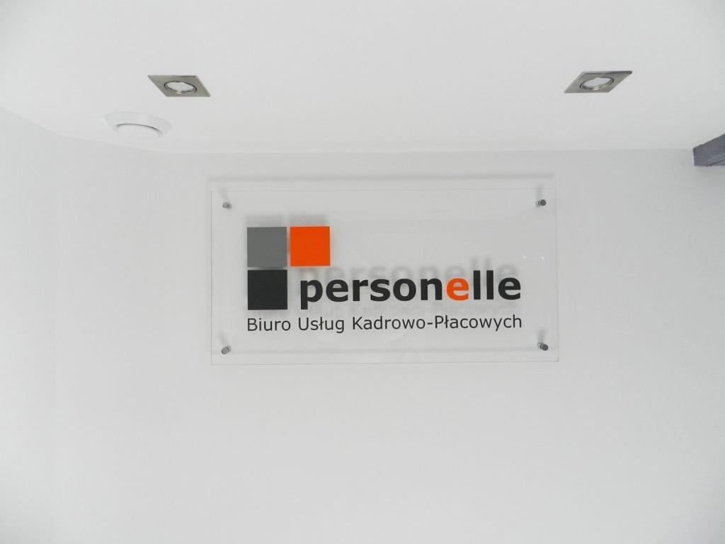 logo na bezbarwnej plexie