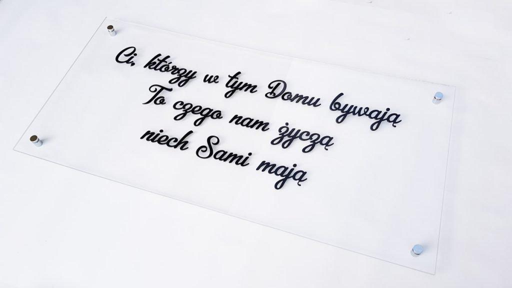tabliczka naścianę zdowolnym napisem