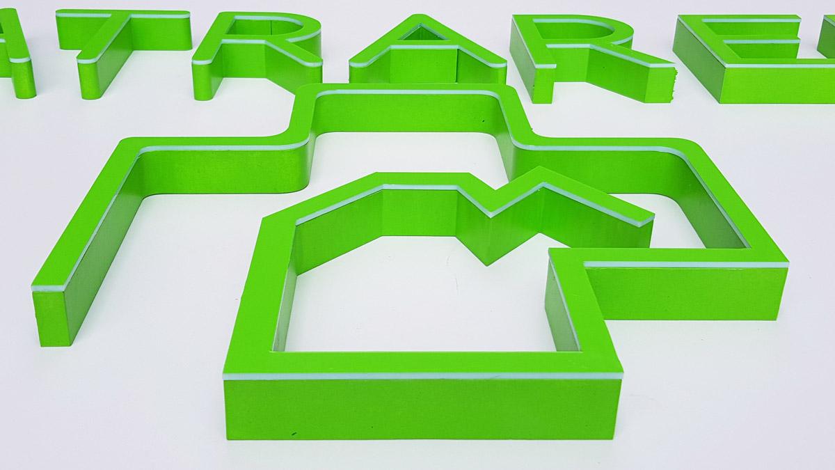 litery ze styroduru i plexi