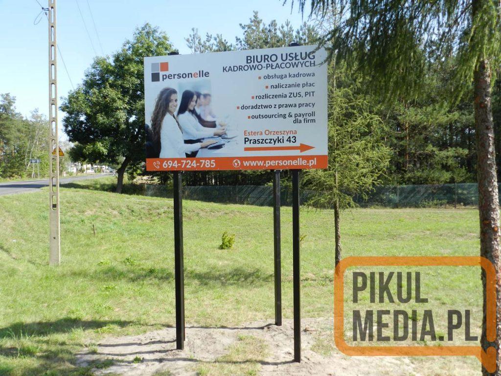 szyld reklamowy przy drodze