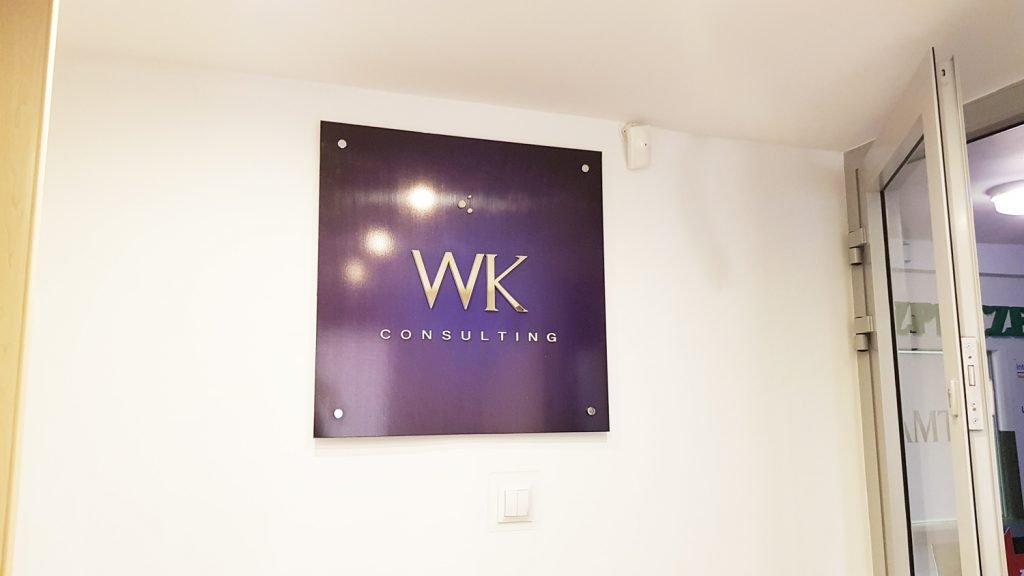 logo firmy na ścianę