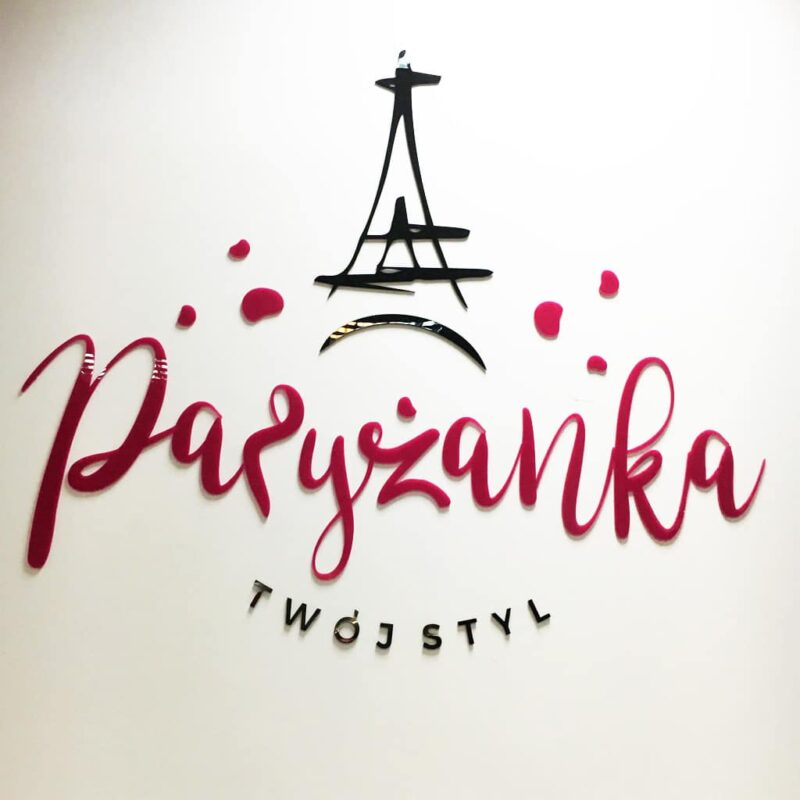 logo w różowej plexi na ścianę