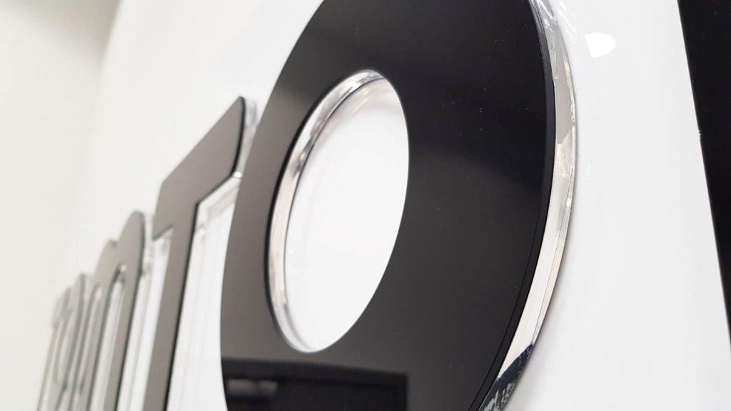 litera warstwowa z plexi