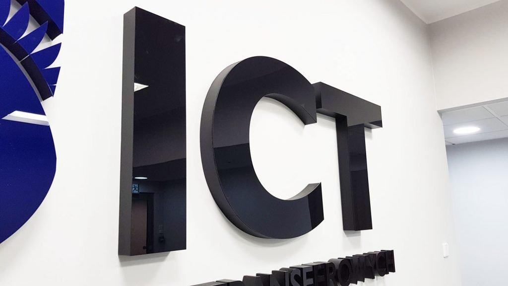 litery logo do przyklejenia na ścianę
