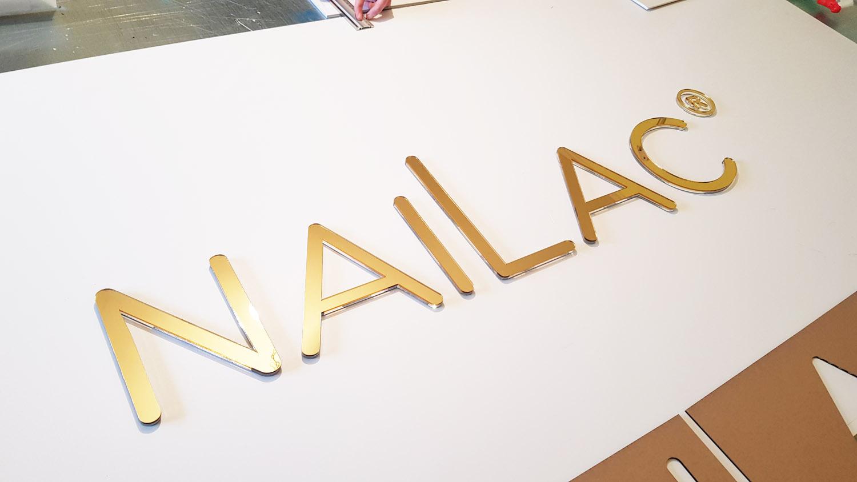 logo litery ze złotej plexi