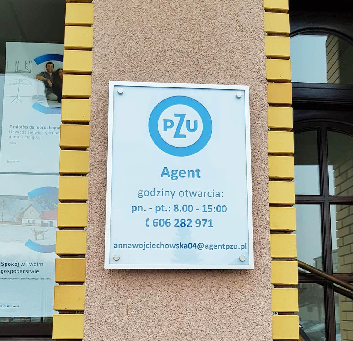 tabliczka informacyjna z godzinami otwarcia