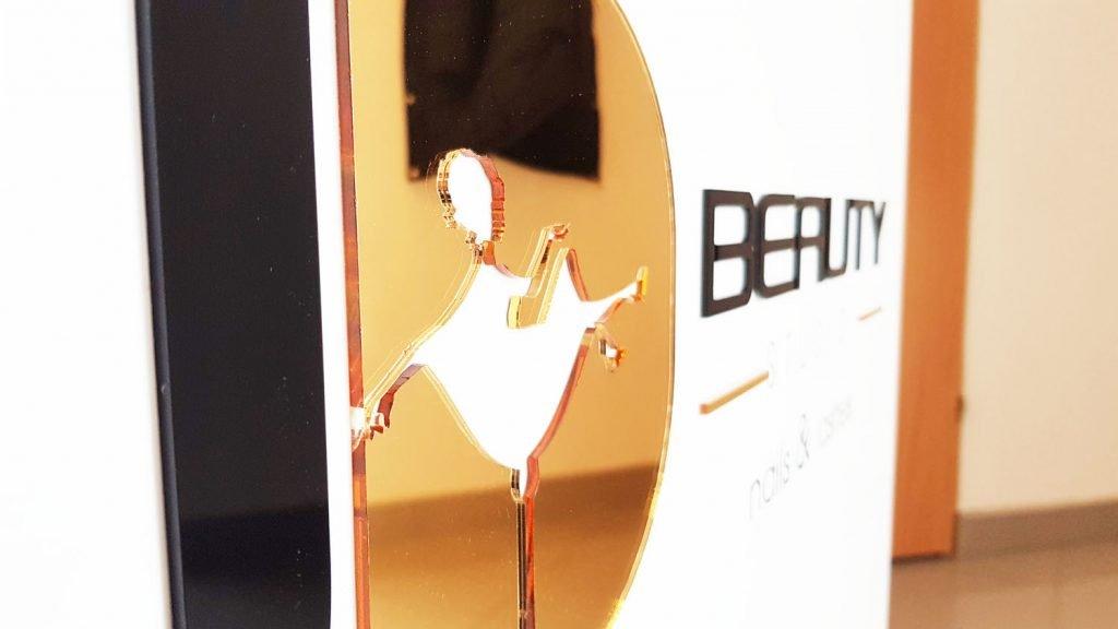 logo 3d ze złotej plexi