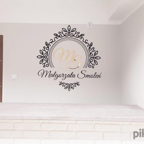 logo 3d ze złotych liter na ścianę