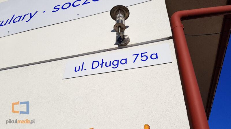 tabliczka z nazwą ulicy i numerem domu