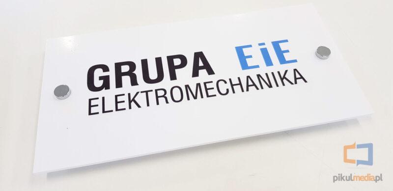 tabliczka z logo na dystansach