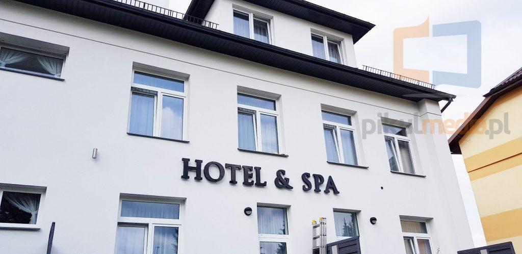 litery świecące hotel