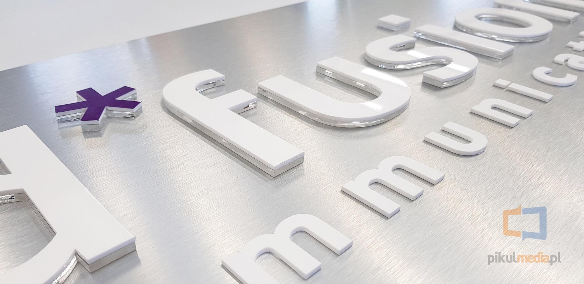 logo 3d na płycie aluminium