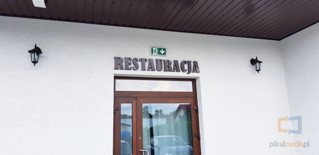 napis restauracja na ścianę
