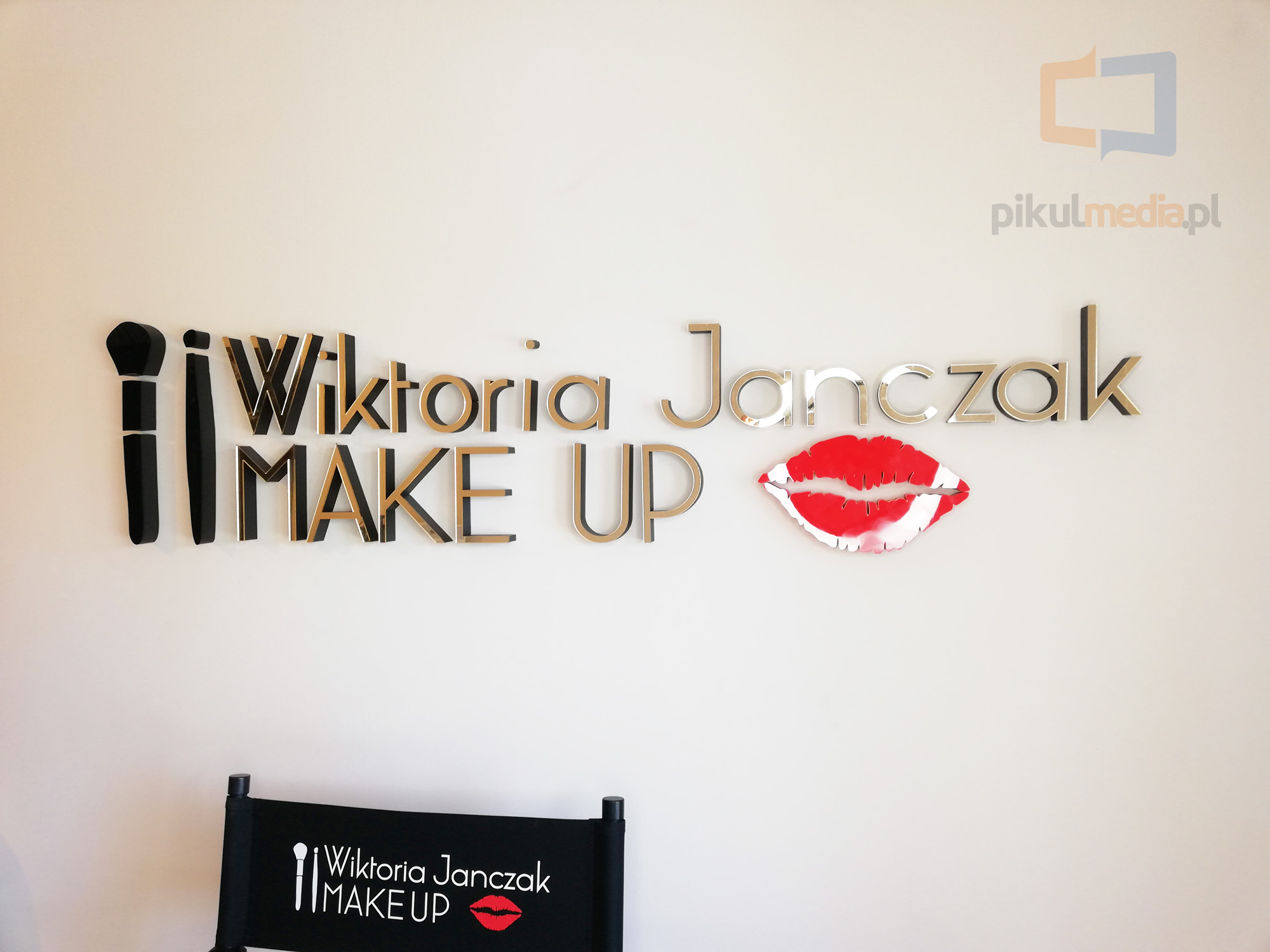 logo na ścianę make up