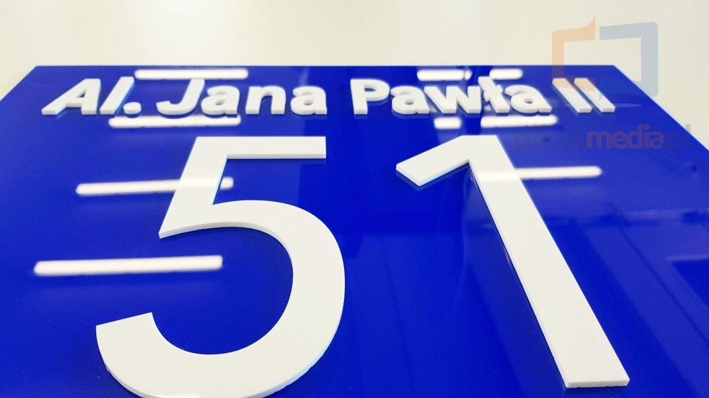 tabliczka z numerem budynku