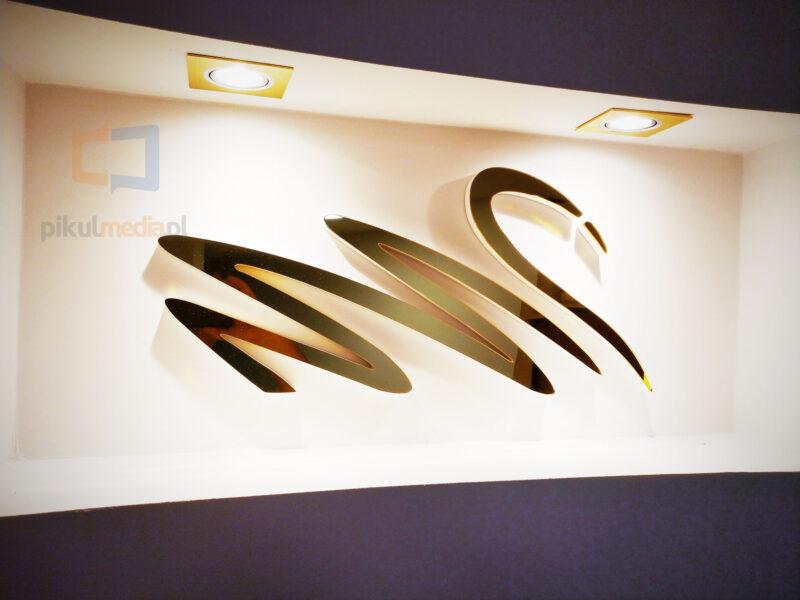 logo we wnęce z podświetleniem