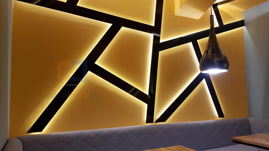 podświetlane pasy na ścianie