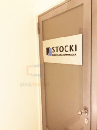 tabliczka na drzwi z logo