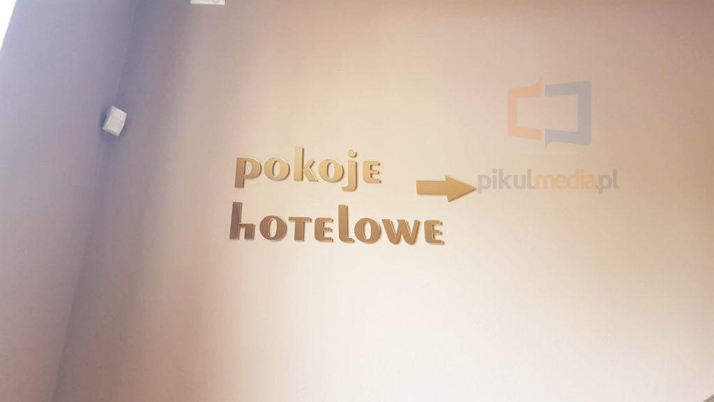 napis na ścianę