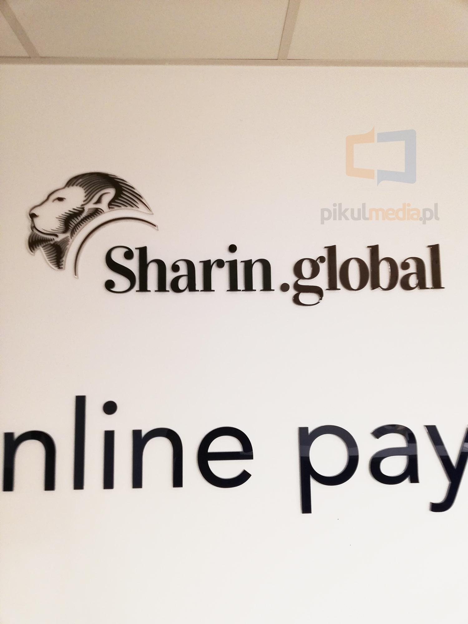 sharin global logo na ścianę