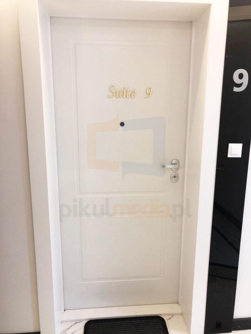 złote oznaczenie drzwi