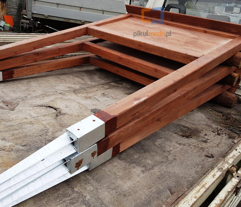 Tablice informacyjne wykonane z drewna na kotwach metalowych